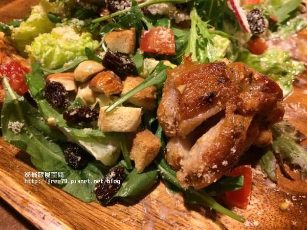 蘆洲異國料理口感酥脆的凱薩雞腿排沙拉,讓人回味!